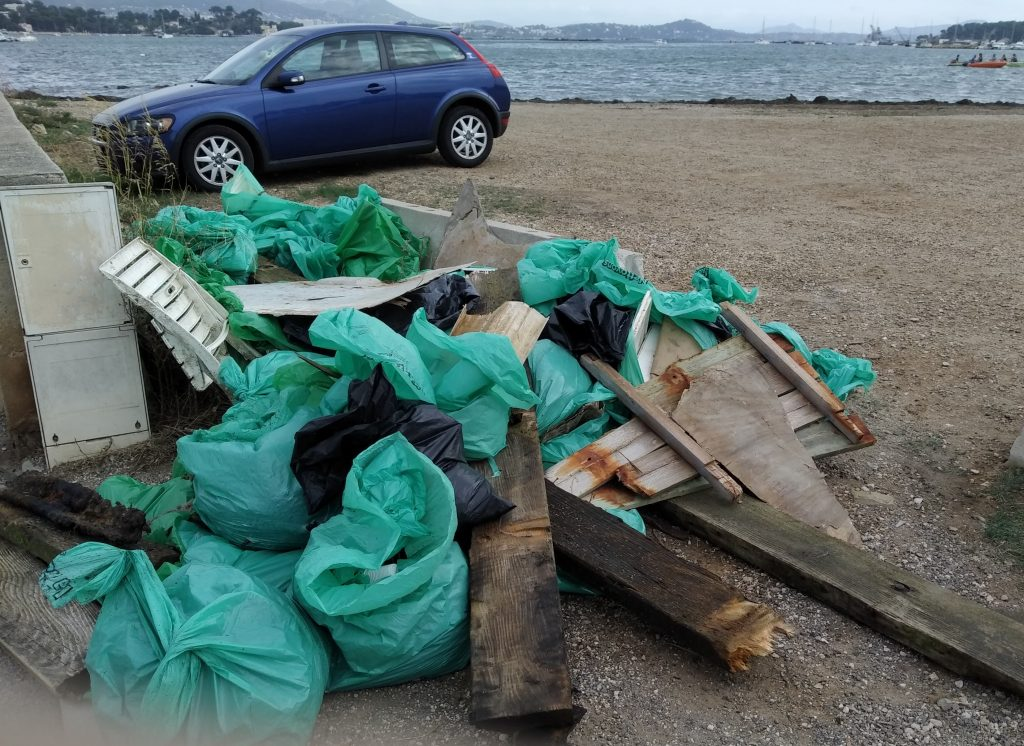 Sacs et déchets ramassés tout au long de la matinée